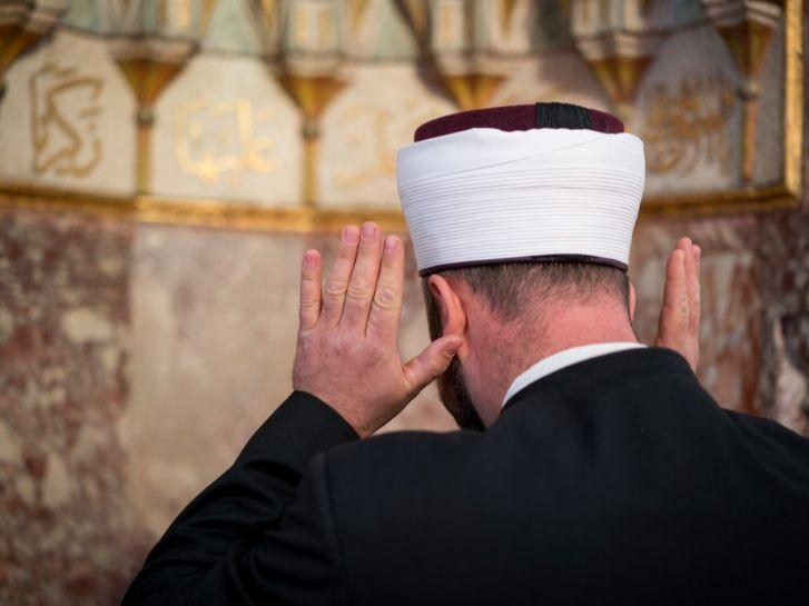 عدد مرات رفع اليدين للتكبير في الصلاة