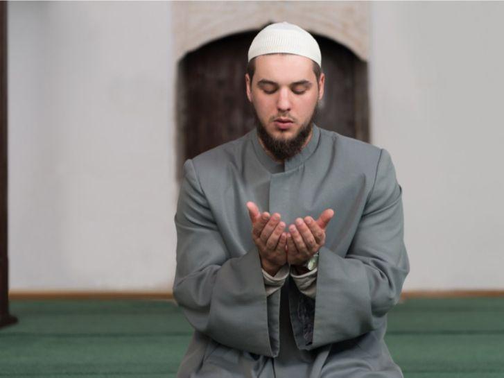ماذا يفعل الإمام بعد الصلاة؟