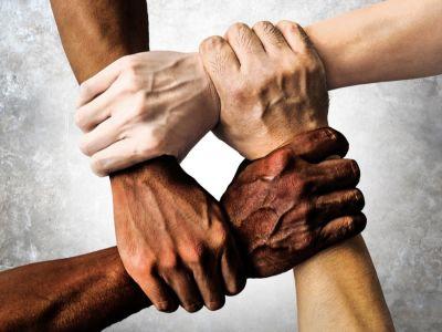 ما الفرق بين العنصرية والتمييز؟