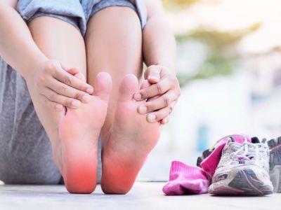 التهاب اللفافة الأخمصية: الأعراض، الأسباب والعلاج