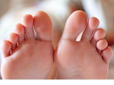 ظهور بقع بنية على أظافر القدم: لماذا وماذا تفعل؟