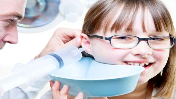 الطريقة الصحيحة والآمنة لتنظيف شمع الأذن