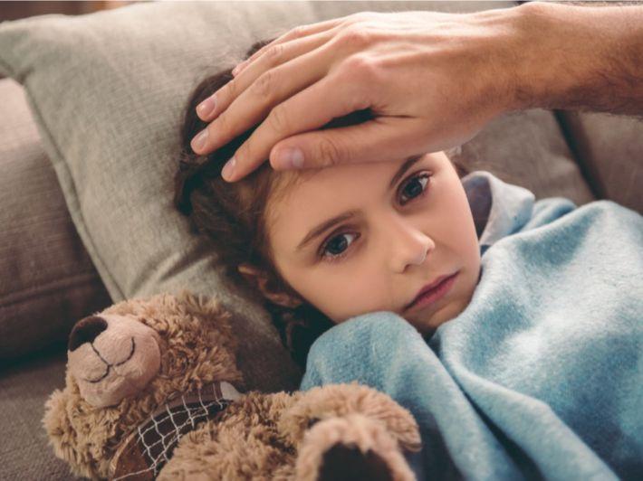 الحمى لدى الأطفال: الأسباب وطرق العلاج