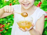 هل تناول العسل على الريق يزيد الوزن لدى الأطفال؟ اكتشف ذلك