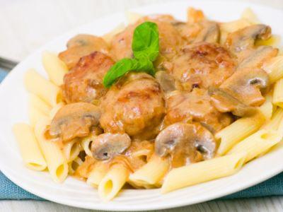 غداء صحي: طريقة صحية لتحضير المعكرونة مع كرات اللحم والفطر الشهية