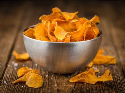 وجبات خفيفة للدايت: طريقة بسيطة لتحضير رقائق البطاطا الحلوة المخبوزة والمقرمشة