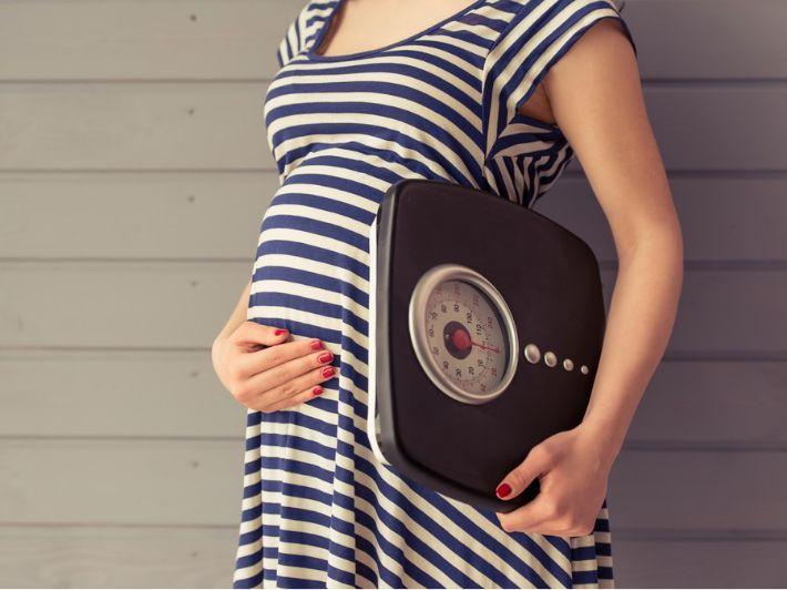 اكتشفي علاقة زيادة الوزن بالحمل، وكيفية التحكم بالوزن خلال الحمل