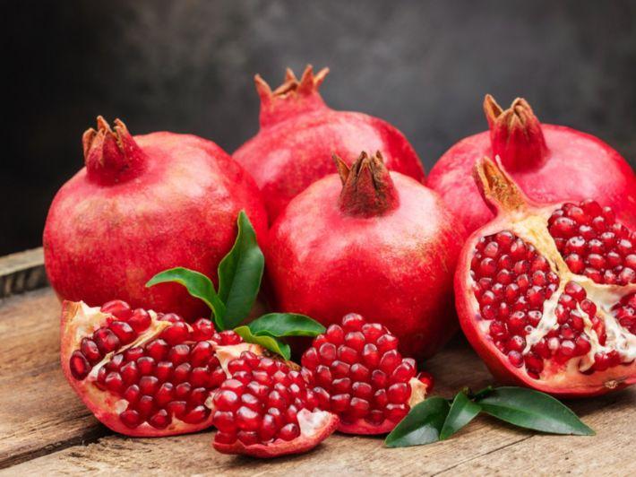 تعرف على القيمة الغذائية للرمان الطازج والعصير؟