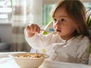 بالجدول: أكلات لطفلك في عمر السنتين ونصف