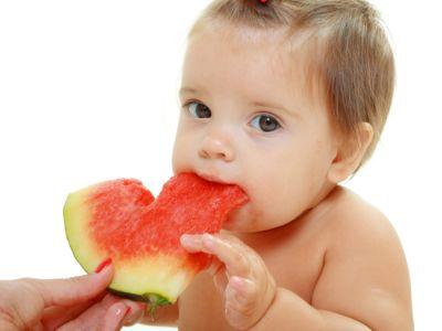 البطيخ للرضع، فوائده وطرق تقديمه للطفل