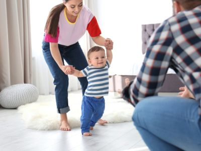 بداية مشي الطفل وكيف يتطور