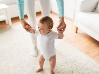كيف تدربين طفلك على المشي بمفرده؟