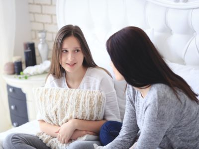 كيف تعلمين ابنتك التعامل مع دورتها الشهرية الأولى؟