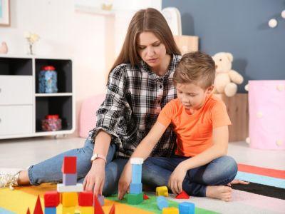 كيف يلعب أطفال التوحد؟ وما أنواع الألعاب المناسبة لهم؟
