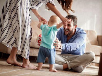 متى يبدأ طفلك بالمشي والكلام؟