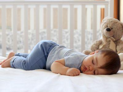 هل يجب أن تسمحي لطفلك بالنوم بعد سقوطه على رأسه؟