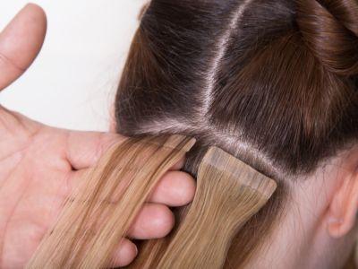 تعرفي على طريقة وضع خصل الشعر المستعارة