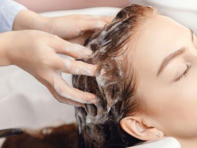 كيف تنظفين فروة رأسكِ الدهنية؟