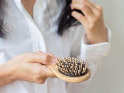 لماذا يتساقط الشعر عند وضع الزيوت؟