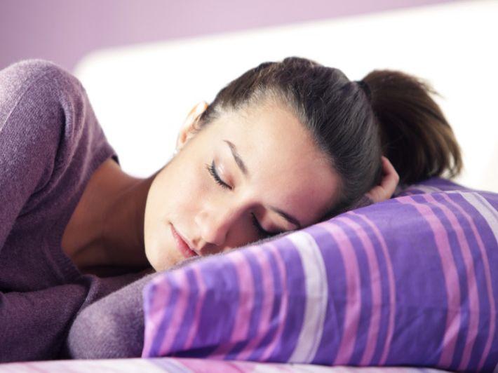 تعرفي على أفضل وضعية للشعر أثناء النوم