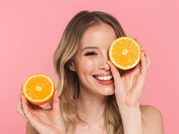 طرق وضع عصير البرتقال على الشعر