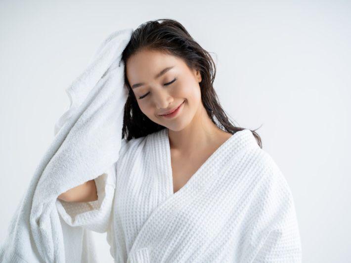 كيف تجففين شعركِ بعد الاستحمام؟ افعلي ولا تفعلي