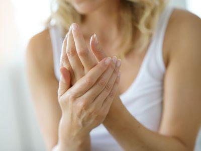 جفاف بشرة اليدين: الأسباب والحلول ونصائح للوقاية