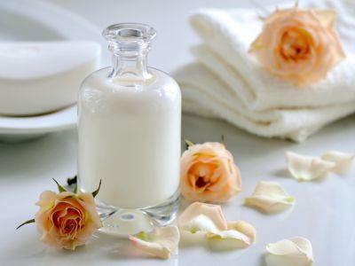 وضع الحليب على البشرة قبل النوم وفوائده
