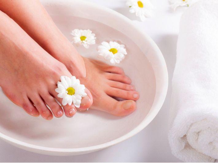 تقشر القدمين: الأسباب، وطرق العلاج الطبية وماسكات طبيعية