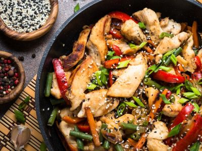 الأكل الصيني بالدجاج والخضار، بمقادير مضبوطة